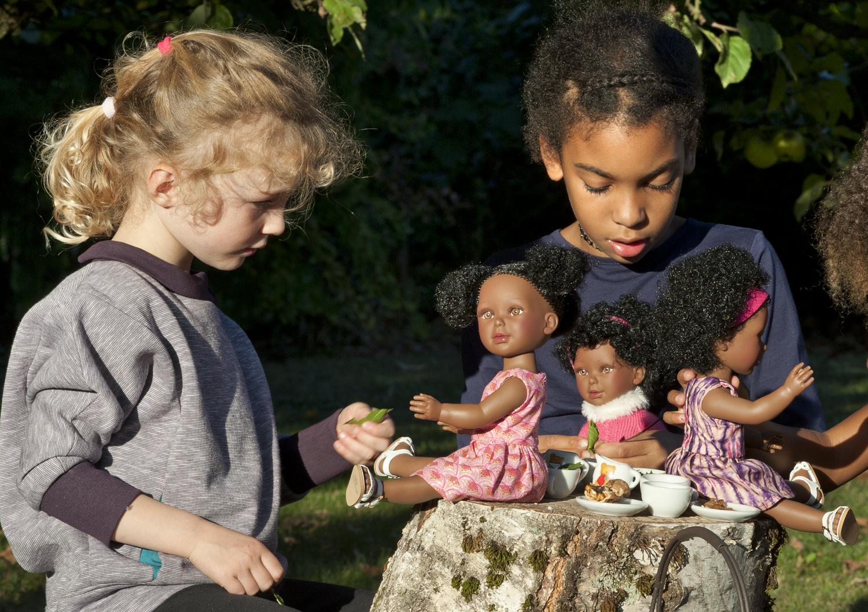 kitoko-doll Retrouvez-les ici ! https://www.kitoko-doll.com/poupees-noires-et-metisses-kitoko-doll/ Cette marque de poupées noires et métisses créée en automne 2018 par Silke MAFOUTA. KITOKO signifie « joli » en Lingala .L'ensemble de ces 2 termes évoquent les valeurs et le programme de Kitoko Doll : de jolies poupées noires et métisses, qui représentent la diversité afin d'encourager l'apprentissage de la tolérance et le développement de l'estime de soi.